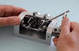 In Handarbeit werden mit diesem Werkzeug Teile der Zahn-Matrizen hergestellt