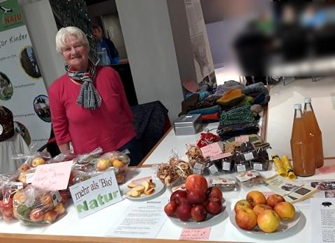 Anni Wieser verkauft am Stand Oeko Aepfel und Apfelsaft aus eigenem Anbau
